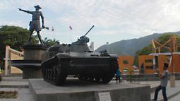 Pengunjung mengambil gambar tank tempur bersejarah TNI yang berada di Monumen Nani Wartabone di Kilometer Nol Kota Gorontalo, Sabtu (22/9). Dua tank tempur bersejarah TNI itu berjenis FV601 Saladin dan AMX-13 APC. (Liputan6.com/Arfandi Ibrahim)