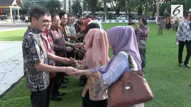 Gubernur Sumatera Barat terlihat terlambat datang saat apel pagi pertama setalah libur Lebaran 2018.