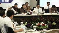 Menko PMK, Puan Maharani (kedua kiri) saat memimpin rapat koordinasi di Kementerian PMK, Jakarta, Senin (6/2). Rapat membahas mengenai program bantuan pangan non tunai. (Liputan6.com/Faizal Fanani)