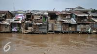 Suasana di pemukiman bukit duri Jakarta, Rabu (7/9). Pemprov DKI Jakarta layangkan SP2 untuk warga Dukit Duri, Tebet terkait normalisasi kali Ciliwung. (Liputan6.com/Yoppy Renato)