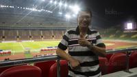 Legenda Selangor FA keturunan Indonesia, Ristamoyo Kassim, menonton laga Liga Premier Malaysia antara Felcra FC melawan PDRM di Stadion Shah Alam, Selangor, Jumat (2/2/2018). Kedua klub bermain imbang 1-1. (Bola.com/Vitalis Yogi Trisna)