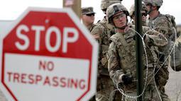 Tentara AS memasang kawat duri dekat jembatan perbatasan antara AS dengan Meksiko di Donna, Texas, Minggu (4/11). AS mengerahkan lebih dari 5.200 serdadu ke perbatasan Meksiko untuk menghalau imigran. (AP Photo/Eric Gay)