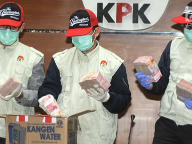 Penyidik KPK menunjukkan barang bukiti uang Operasi Tangkap Tangan (OTT) Bupati Mesuji di gedung KPK, Jakarta, Kamis (24/1). KPK menetapkan 5 tersangka terkait fee suap proyek infrastruktur di Kabupaten Mesuji. (merdeka.com/Dwi Narwoko)