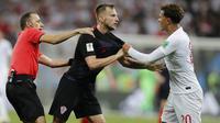 Gelandang Kroasia, Ivan Rakitic, bersitegang dengan gelandang Inggris, Dele Alli, pada laga semifinal Piala Dunia di Stadion Luzhniki, Rabu (11/7/2018). Kroasia menang 2-1 atas Inggris. (AP/Frank Augstein)