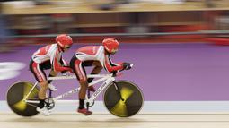 Pebalap sepeda Indonesia, Herman Halawa dan Pilot Pradana Diwan, saat beraksi pada Asian Para Games di Velodrome, Jakarta, Kamis (11/10/2018). (Bola.com/M Iqbal Ichsan)