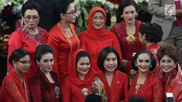 Krisdayanti dan Rieke Diah Pitaloka berfoto bersama saat menghadiri pelantikan anggota DPR RI di Kompleks Parlemen, Senayan, Jakarta, Selasa (1/10/2019). Di antara 575 anggota DPR terpilih, terdapat 14 artis yang menjadi wakil rakyat Indonesia. (Liputan6.com/Johan Tallo)