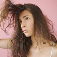 Rambut kering dan tipis: Kurang asupan nutrisi. (Via: youne.com)