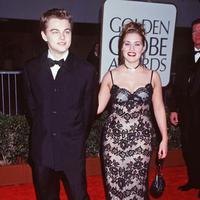 Kate Winslet dan Leonardo DiCaprio pertama kali menghadiri red carpet bersama pada Golden Globes 1998. (BRENDA CHASE/Instyle)