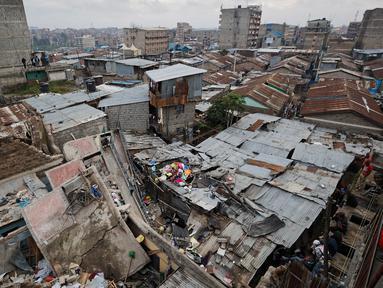 Pemandangan puing-puing dari bangunan lima lantai yang runtuh di daerah permukiman ibu kota Kenya, Nairobi, Minggu (4/6). Akibat insiden ini, tiga orang tewas seketika tertimpa reruntuhan. (AP Photo/Ben Curtis)