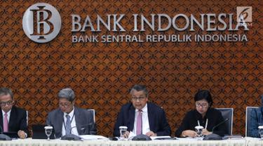 Gubernur Bank Indonesia (BI) Perry Warjiyo (tengah) dan jajaran Dewan Gubernur memberi keterangan kepada media di Jakarta, Kamis (22/8/2019). Rapat Dewan Gubernur (RDG) BI memutuskan untuk menurunkan BI 7-day Reverse Repo Rate sebesar 25 basis poin menjadi 5,50 persen. (Liputan6.com/Angga Yuniar)