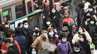 Masyarakat Taiwan menggunakan masker ketika menggunakan transportasi umum MRT sebagai upaya pencegahan Virus Corona. (Source: AFP)