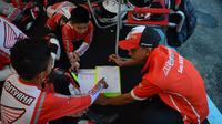 Instruktur Astra Honda Racing School, Wawan Hermawan memberi pelatihan kepada peserta didik seusai melakukan balapan di Sirkuit Bung Tomo, Surabaya (6-8/9/2019). (Astra Honda)