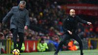 Pelatih Manchester City, Pep Guardiola (kanan) bersama pelatih Manchester United, Jose Mourinho memberi instruksi kepada pemainnya saat bertanding di Liga Inggris di Old Trafford Stadium, Inggris, (10/12). City menang atas MU 2-1. (AP Photo/Dave Thompson)