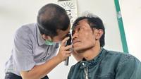 Dr Andi Surahmat saat blusukan melakukan pemeriksaan di Kecamatan Pagentan, Banjarnegara. (Foto: Liputan6.com/RSI Banjarnegara/Muhamad Ridlo)