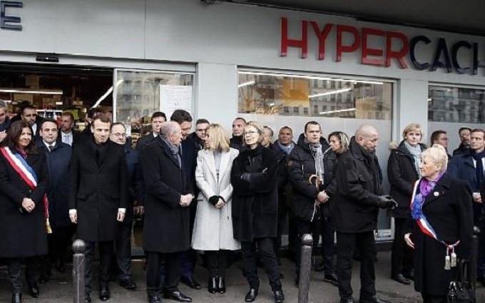 Emmanuel Macron memimpin jalannya upacara peringatan tiga tahun tragedi Charlie Hebdo. (AP)