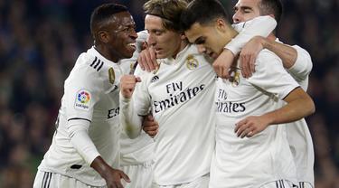 Pemain Real Madrid merayakan gol yang dicetak Luka Modric pada laga lanjutan La Liga Spanyol yang berlangsung di stadion Benito Villamarin, Senin (14/1). Real Madrid menang 2-1 atas Real Betis. (AFP/Cristina Quicler)