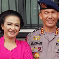 Ira Rayani bersama Kombes Pol Abubakar Tertusi, suaminya yang kini menjabat sebagai Komandan Detasemen Sat 2 Pelopor Brimob. (Dok, Pribadi)