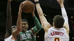 Pebasket Boston Celtics, Jayson Tatum, menghindari block pebasket Atlanta Hawks, Taurean Prince, pada laga NBA di Philips Arena, Atlanta, Senin (6/11/2017). Hawks kalah 107-110 dari Celtics. (AP/John Bazemore)