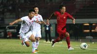 Aksi Irfan Bachdim dalam duel Timnas Indonesia versus Vietnam di Stadion I Wayan Dipta, Gianyar, Selasa (16/10/2019). (Bola.com/Aditya Wany)
