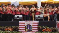 Gubernur DKI, Anies Baswedan, memberikan sambutan di Balai Kota, Jakarta, Sabtu (15/12). Pawai tersebut untuk merayakan keberhasilan Persija meraih gelar Juara Liiga 1 Indonesia. (Bola.com/M Iqbal Ichsan)