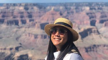 Gaya santai ini juga ia gunakan saat mengunjungi Grand Canyon National Park beberapa waktu lalu. Hanya gunakan kaus putih polos, kacamata serta topi coklat, Regina tampak menikmati liburannya. (Liputan6.com/IG/@ivanova.regina)
