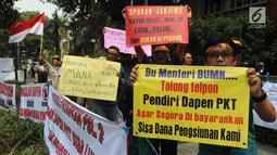 Sejumlah karyawan pensiunan PT Pupuk Kaltim menggelar unjuk rasa di depan Kantor KPW Pupuk Kalitim di Jakarta, Selasa (31/7). Mereka meminta diadakan audiensi untuk menyampaikan aspirasi. (Merdeka.com/Dwi Narwoko)