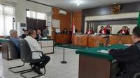 Mantan Sekda Dumai Muhammad Nasir mendengarkan dakwaan dari jaksa KPK di Pengadilan Negeri Pekanbaru. (Liputan6.com/M Syukur)