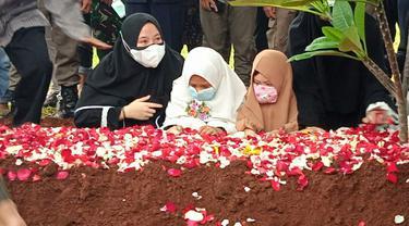 Suasana haru begitu terasa saat jenazah Kapten Afwan tiba di Taman Makam Pahlawan Pondok Rajeg, Cibinong, Kabupaten Bogor.