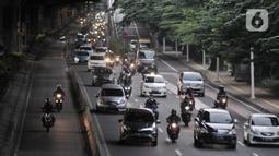 Kepadatan arus kendaraan saat melintas di by pass Jalan Ahmad Yani, Jakarta, Rabu (13/5/2020). Meningkatnya jumlah kendaraan pribadi disebabkan oleh banyaknya warga yang beralih dari moda transportasi umum guna menghindari penyebaran virus corona COVID-19. (merdeka.com/Iqbal S. Nugroho)