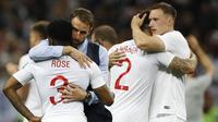 Pelatih Inggris, Gareth Southgate, berusaha menenangkan pemain nya usai ditaklukkan Kroasia pada laga semifinal Piala Dunia di Stadion Luzhniki, Rabu (11/7/2018). Kroasia menang 2-1 atas Inggris. (AP/Francisco Seco)