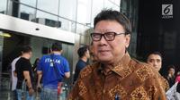 Menteri Dalam Negeri Tjahjo Kumolo saat akan meninggalkan Gedung KPK seusai menjalani pemeriksaan di Jakarta, Jumat (25/1). Tjahjo Kumolo menjalani pemeriksaan sebagai saksi dalam kasus dugaan suap izin Meikarta. (Liputan6.com/Herman Zakharia)