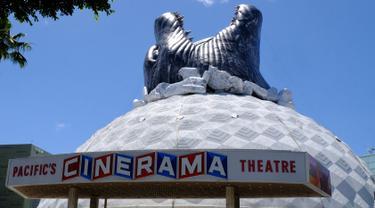 Godzilla raksasa menghiasi atap bioskop Cinerama Dome yang berlokasi di Hollywood, California, AS pada 20 Mei 2019. Hinggapnya godzilla raksasa untuk menyambut sekuel Godzilla: King of the Monsters yang akan dirilis pada 31 Mei 2019. (Photo by Chris Delmas / AFP)