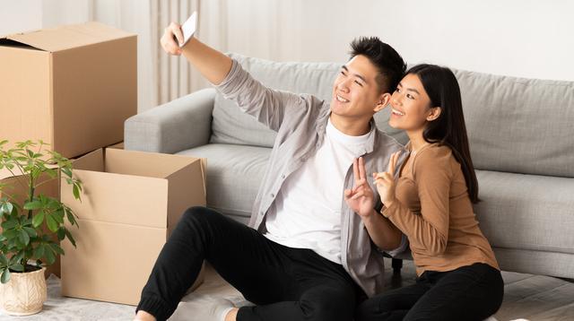 Ilustrasi pasangan milenial pindah rumah/Shuttertock.
