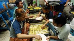 Pekerja membuat kue kering di industri rumahan kawasan Kwitang, Jakarta, Sabtu (18/5/2019). Penjualan kue kering jelang Lebaran meningkat hingga 50 persen dibanding hari-hari biasanya. (Liputan6.com/Herman Zakharia)