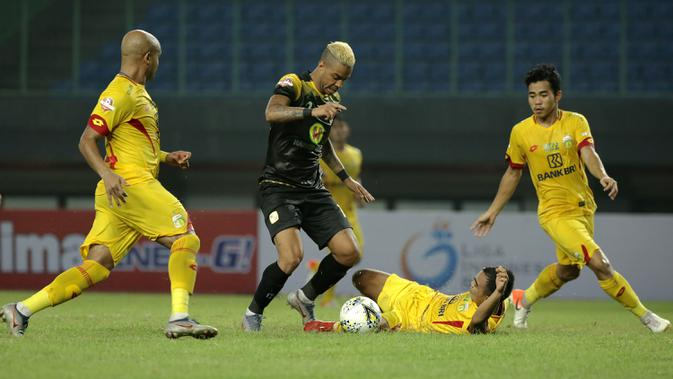 Striker Barito Putra, Rafael Silva, berusaha melewati kepungan pemain Bhayangkara FC pada laga Liga 1 2019 di Stadion Patriot, Bekasi, Selasa (29/5). Bhayangkara menang 4-2 atas Barito. (Bola.com/Yoppy Renato)