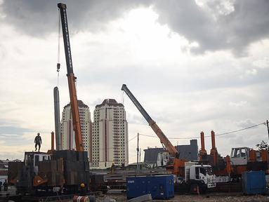 Pekerja menyelesaikan pembangunan Kampung Susun Akuarium di kawasan Penjaringan, Jakarta Utara,  Kamis (07/02/2021). Pembangunan kampung susun yang dikerjakan pada awal bulan Desember ditargetkan rampung pada Desember tahun 2021. (Liputan6.com/Fery Pradolo)