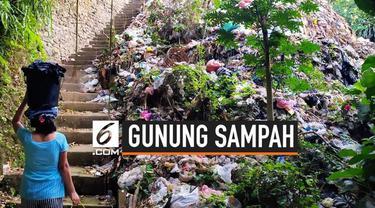 Seorang wanita tidak sengaja menemukan gunungan sampah saat berjalan pagi. Penampakan mengejutkan ini berada di pinggir jalan Banjar Tarukan, Ubud, Bali.