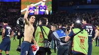 Striker PSG, Edinson Cavani, merayakan gelar juara Ligue 1 usai mengalahkan AS Monaco di Stadion Parc des Princes, Prancis, Minggu (15/4/2018). PSG menang 7-1 atas Monaco. (AFP/Christophe Archambault)