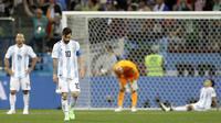 2. Secara mengejutkan Argentina kalah 0-3 dari Kroasia, kondisi ini membuat Lionel Messi dkk sulit untuk lolos ke babak 16 besar. (AP/Petr David Josek)