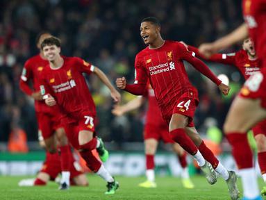 Para pemain Liverpool merayakan kemenangan atas Arsenal pada laga Piala Liga Inggris 2019 di Stadion Anfield, Rabu (30/10). Liverpool menang adu penalti atas Arsenal dengan skor 5-4. (AP/Jon Super)