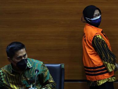 Andririni Yaktiningsasi (kanan) saat rilis penetapan penahanan di Gedung KPK, Jakarta, Jumat (3/9/2021). Andririni Yaktiningsasi merupakan tersangka dugaan korupsi terkait pengadaan pekerjaan jasa konsultasi di Perum Jasa Tirta II tahun 2017. (Liputan6.com/Helmi Fithriansyah)