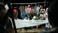 Pemakaman pelaku curanmor di Gorontalo yang tewas tertembak di bagian kepala. Aparat kepolisian terpaksa menembakan timah panas lantaran pelaku mencoba lari dan menyerang petugas. (Liputan6.com/ Arfandi Ibrahim)
