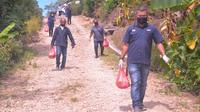 Foto : Sejumlah jurnalis asal Kabupaten Belu menggelar aksi pembagian sembako bagi warga terdampak covid-19 untuk memperingati hari buruh 2020 (Liputan6.com/Ola Keda)