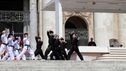 Atlet Taekwondo dari Korea Selatan membentuk formasi melakukan atraksi di depan Paus Fransiskus saat pertemuan umum mingguan di Lapangan Santo Petrus, Vatikan (30/5). (AP Photo/Gregorio Borgia)
