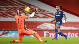 Penyerang Southampton, Theo Walcott, mencetak gol ke gawang Arsenal pada laga Liga Inggris di Stadion Emirates, Kamis (17/12/2020). Kedua tim bermain imbang 1-1. (Peter Cziborra/Pool via AP)