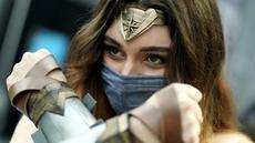 Cosplayer tiba pada hari pertama New York Comic Con 2021 di Jacob Javits Center, New York, Amerika Serikat, 7 Oktober 2021. New York Comic Con 2021 merupakan acara budaya pop terbesar di East Coast yang berlangsung selama empat hari ini. (TIMOTHY A. CLARY/AFP)