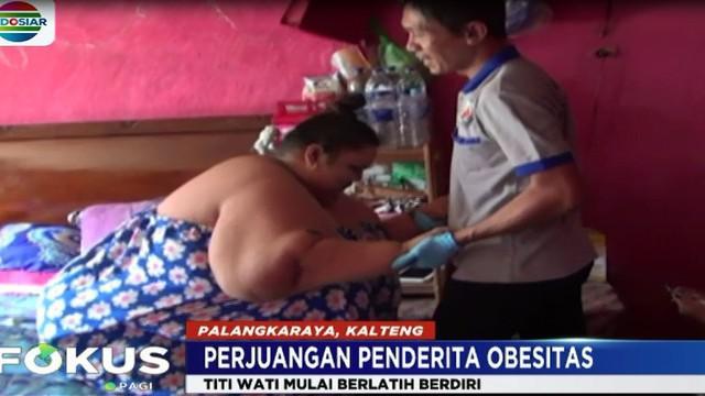 Tak mudah memang bagi Titi untuk mengangkat tubuhnya yang kini berbobot 207 kilogram.