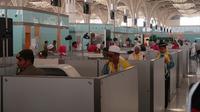 Jemaah Haji dalam proses imigrasi di Layanan Eyab di Bandara Prince Mohammed bin Abdulaziz, Madinah. Darmawan/MCh 2019