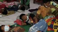 Puluhan santri di Jember itu diduga tak sarapan sebelum diimunisasi difteri pada Selasa pagi, 27 Februari 2018. (Liputan6.com/Dian Kurniawan)