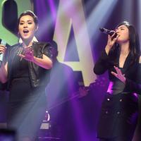 Penyanyi Raisa dan Isyana Sarasvati menggelar showcase duet single perdananya dengan judul Anganku Anganmu. Acara berlarlangsung di Assembly Hall Menara Mandiri, Sudirman, Jakarta, Rabu malam (5/4/2017). (Deki Prayoga/Bintang.com)